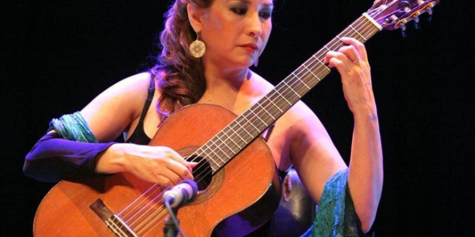 La guitarrista paraguaya Luz María Bobadilla se presenta EL 23 de febrero de 2012, en Asunción (Paraguay). De la mano del saxofonista español Jorge Pardo, un conjunto musical sorprendió al público de la capital paraguaya con un concierto que ofreció piezas de jazz, clásica, tradicionales guaranias por bulerías y la hermosa danza de una flamenca paraguaya. EFE