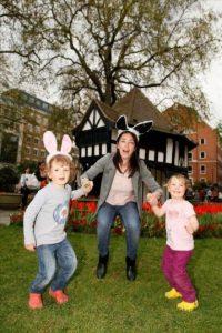Instantánea facilitada por la fotógrafa londinense Clare Newton de dos niñas a punto de saltar para formar parte de una macroimagen a color de un kilómetro de largo por dos metros de alto, con la que la artista espera batir el Guinness de los récords a la imagen más larga del mundo. EFE