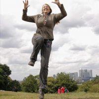 """Imagen facilitada por la fotógrafa londinense Clare Newton de ella misma saltando. La artista intenta entrar en el Libro Guinness de los Récords con su proyecto """"Jump 4 London"""" (salta por Londres) y hasta el momento ha conseguido retratar a más de cinco mil personas, congeladas en el aire en medio de un salto. EFE"""