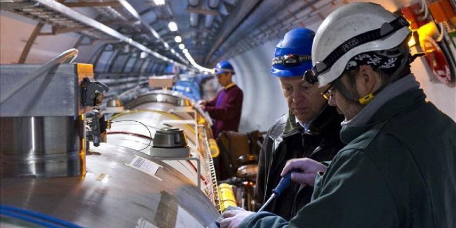 Fotografía facilitada hoy por el Centro Europeo de Investigación Nuclear (CERN) de tres operarios trabajando en el Gran Acelerador de Hadrones (LCH), que acaba de ser reencendido tras dos meses de parada técnica. EFE