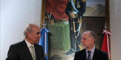 El embajador del Perú en Argentina, Nicolás Lynch Gamero (i) y el ministro de Cultura del Perú, Luis Alberto Peirano Falconí, sostienen réplicas certificadas de piezas arqueológicas peruanas, durante una ceremonia de restitución en el Palacio San Martín de la Cancillería en Buenos Aires (Argentina). EFE