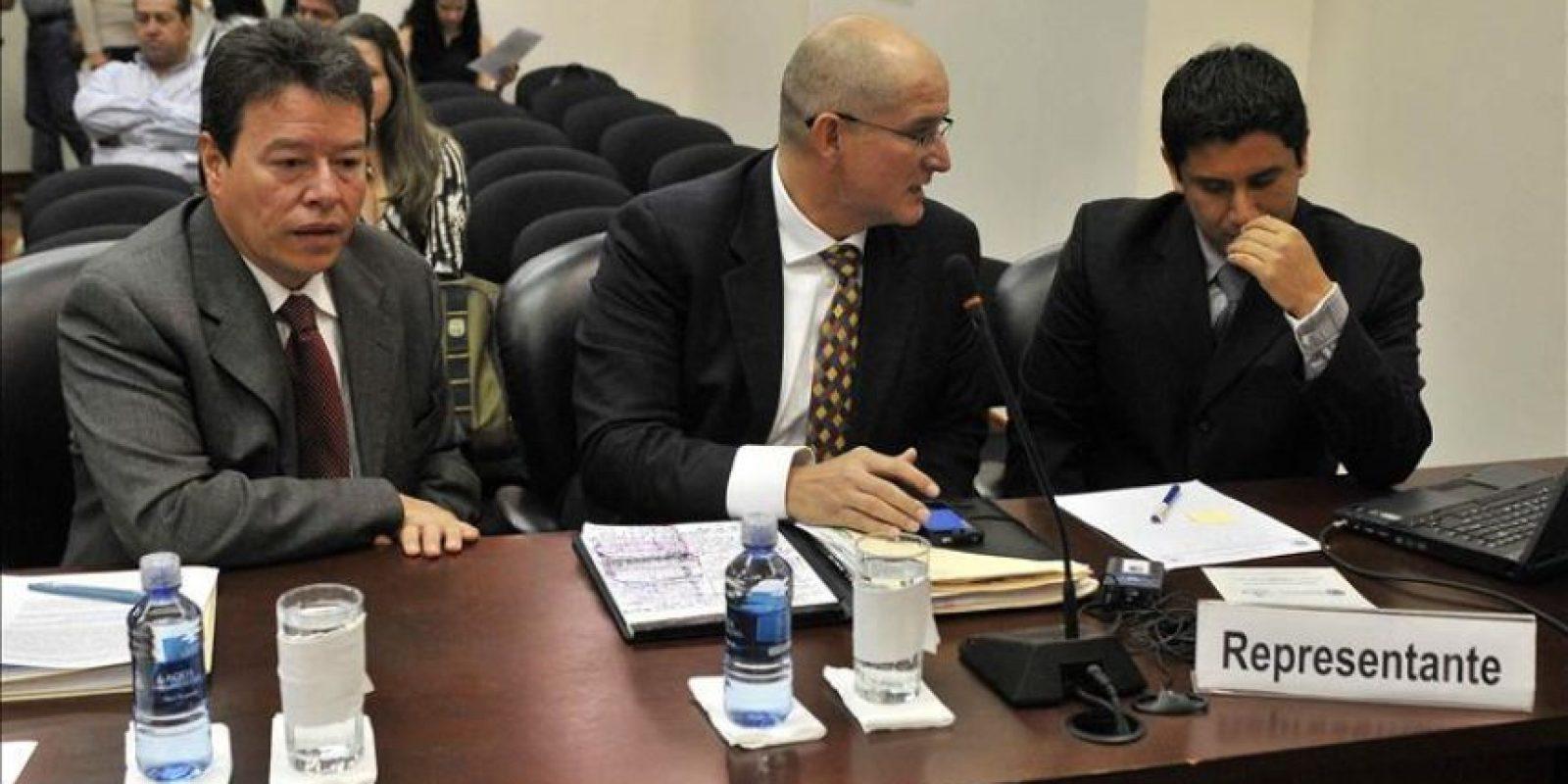 """Los representantes del periodista colombiano, Luis Gonzalo """"Richard"""" Vélez Restrepo, Raúl Hernández (i), Arturo Carrillo (c) y Carlos Zelada (d), asisten este viernes a la Corte Interamericana de Derechos Humanos (CorteIDH) en San José (Costa Rica). EFE"""