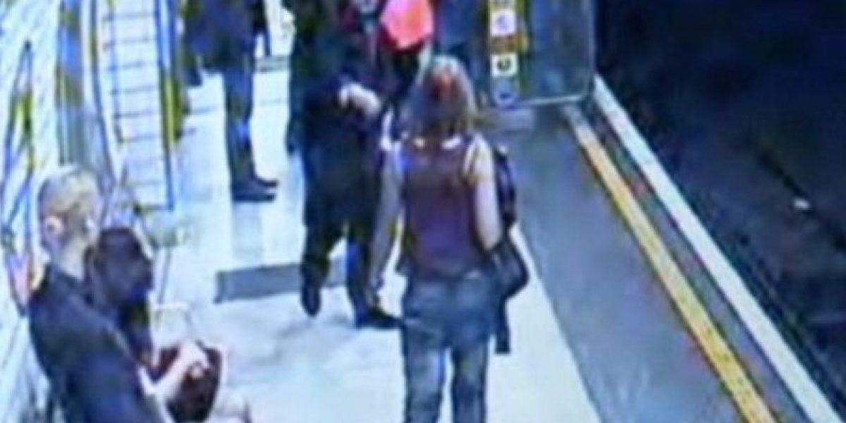 Cámaras de seguridad graban cuando sujeto empuja a joven a la vía del tren