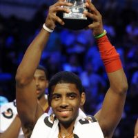 El jugador del equipo Chuck Kyrie Irving de los Cavaliers de Cleveland, sostiene el trofeo como el jugador más valioso este 24 de febrero, en el juego de las estrellas, en la serie de eventos en la 61 edición del Fin de Semana de las Estrellas, en Orlando, Florida (EEUU). EFE