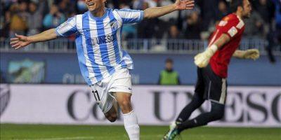 El delantero uruguayo del Málaga CF Seba Fernández celebra su gol, primero de su equipo, durante el partido, correspondiente a la vigésima quinta jornada de Liga de Primera División, que disputó el conjunto andaluz con el Real Zaragoza en el estadio de La Rosaleda. EFE