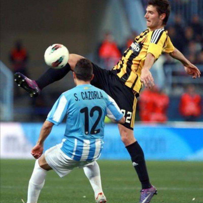 El centrocampista húngaro del Real Zaragoza Ádám Pintér (d) trata de superar a Santi Cazorla, del Málaga, durante el partido de Liga disputado en el estadio malagueño de La Rosaleda. EFE