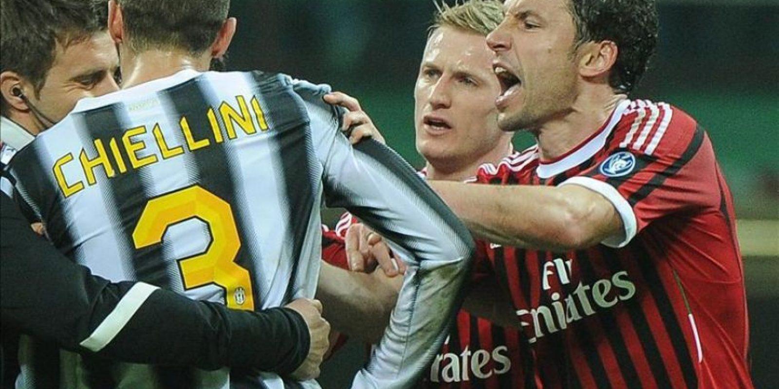 El jugador del Milán Mark Van Bommel (d) discute con Giorgio Chiellini (i) de la Juventus durante el partido de la Serie A italiana ante la Juventus en el estadio Giuseppe Meazza de Milán (Italia). El juego terminó 1-1. EFE
