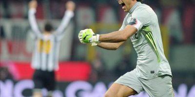 El guardameta de la Juventus Gianluigi Buffon celebra el empate a un gol con el Milán tras el partido de la Serie A italiana en el estadio Giuseppe Meazza de Milán (Italia). EFE