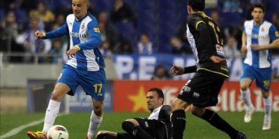 El centrocampista eslovaco del RCD Espanyol Vladimir Weiss (i) conduce el balón ante la presión de los jugadores del Levante UD Abdelkader Ghezzal (c) y Juanfran García durante el partido, correspondiente a la vigésimo quinta jornada de Liga de Primera División en el estadio Cornellá-El Prat. EFE