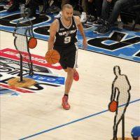 El jugador de los Spurs de San Antonio Tony Parker compite este 25 de febrero, en la prueba Desafios de Habilidades, durante el 2012 NBA All-Star Saturday Night en el Amway Center en Orlando, Florida (EE.UU.). EFE