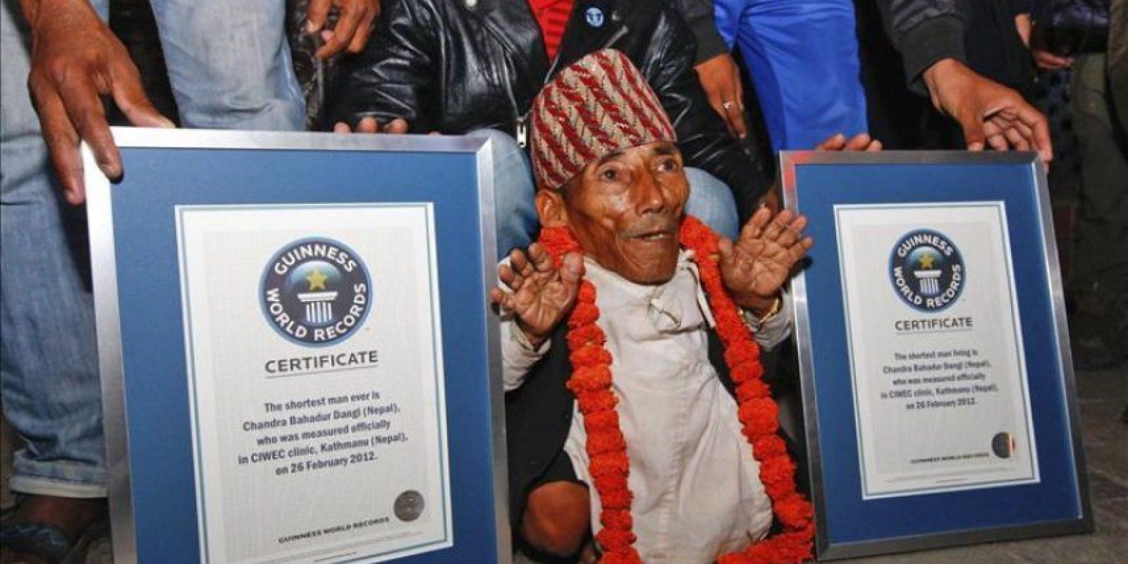 El nepalí Chandra Bahadur Dangi, de 72 años, posa para los fotógrafos tras ser reconocido oficialmente por la organización Guinness de los Récords como el hombre más pequeño del mundo en Katmandú (Nepal) hoy, domingo 26 de febrero de 2012. Dangi, que mide 55,8 centímetros, reemplaza en la lista al filipino Junrey Balawing (59,3 centímetros), que fue declarado el hombre más pequeño del mundo el pasado junio, al cumplir 18 años. EFE