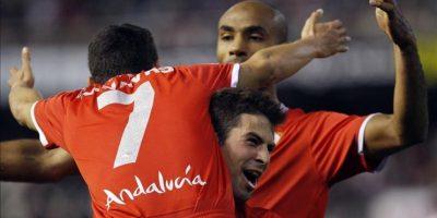 Los jugadores del Sevilla FC Frederic Kanouté (detrás), Coke Andújar (c) y Jesús Navas celebran la consecución del segundo gol de su equipo ante el Valencia CF durante el partido, correspondiente a la vigésimo quinta jornada del Campeonato Nacional de Liga de Primera División, qure disputaron ambos equipos en el estadio de Mestalla. EFE