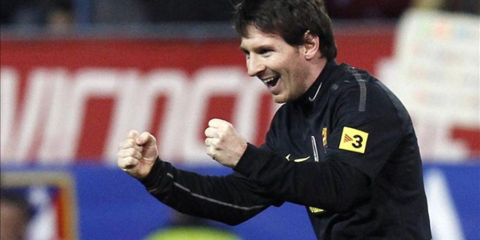 El delantero argentino del FC Barcelona Lionel Messi celebra su gol, el segundo de su equipo, durante el partido, correspondiente a la vigésimo quinta jornada del Campeonato Nacional de Liga de Primera División, que disputó el conjunto blaugrana con el Atlético de Madrid en el estadio Vicente Calderón. EFE