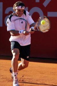 El tenista español David Ferrer devuelve la bola a su compatriota Nicolás Almagro, durante la final del torneo ATP Buenos Aires, que se disputa en el Lawn Tennis de la capital argentina. EFE