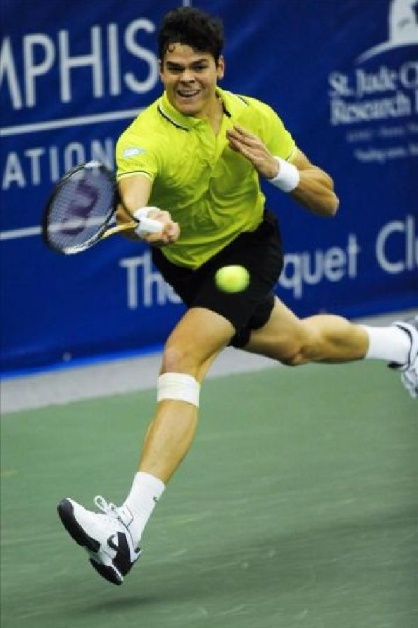 El tenista canadiense Milos Raonic devuelve una bola al austríaco Jurgen Melzer, durante el partido por la final del Campeonato Regions Morgan Keegan en Memphis, Tennessee (EE.UU.). EFE