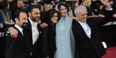 """El director y escritor iraní Asghar Farhadi (d) y el elenco de la película """"A Separation"""" llegan a la ceremonia de entrega de los premios Óscar en Hollywood, California (EE.UU.). EFE"""