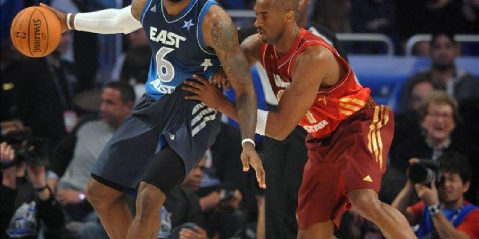 El jugador del equipo de la Conferencia Este LeBron James (i) de los Miami Heat disputa el balón ante Kobe Bryant (d) de Los Angeles Lakers con el equipo de la Conferencia Oeste, en el Juego de las Estrellas de la NBA en el Amway Center en Orlando, Florida (EE.UU.). EFE