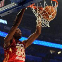 El jugador del equipo de la Conferencia Oeste Kevin Durant de los Oklahoma Thunder clava la pelota contra el equipo de la Conferencia Este, en el Juego de las Estrellas de la NBA en el Amway Center en Orlando, Florida (EE.UU.). EFE