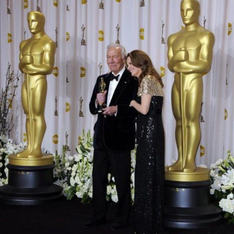 """El actor canadiense Christopher Plummer, acompañado de la actriz estadounidense Melissa Leo, sostiene la estatuilla de los premios Óscar a Mejor Actor Secundario, por su trabajo en la película """"Beginners"""", este 26 de febrero, en Hollywood, California (EE.UU.). EFE"""