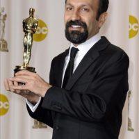 """El director iraní Asghar Farhadi sostiene la estatuilla de los premios Óscar a Mejor Película en Lengua Extranjera, por la película """"A Separation"""", este 26 de febrero, en Hollywood, California (EE.UU.). EFE"""