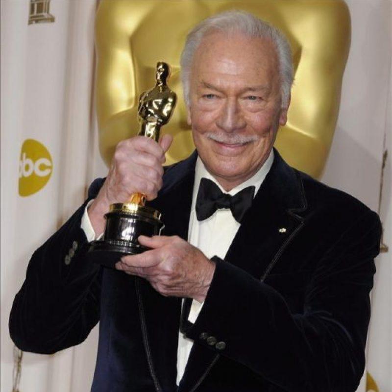 """El canadiense Christopher Plummer posa con su dorada estatuilla de la Academia de Hollywood en la categoría de mejor actor de reparto por """"Beginners"""", durante la 84 edición de la ceremonia de entrega de los Premios Óscar en Hollywood, California (EE.UU.). EFE"""