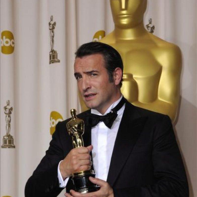 """El francés Jean Dujardin posa con la estatuilla dorada a la mejor interpretación masculina protagonista por su trabajo en """"The Artist"""", en la 84 edición de la ceremonia de entrega de los Premios Óscar en Hollywood, California (EE.UU.). EFE"""