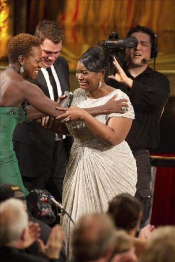 """Foto facilitada por la Academia de Arte y Ciencias Cinematográficas de Hollywood (AMPAS), que muestra a la actriz estadounidense Viola Davis (i), felicitando a la emocionada actriz estadounidense Octavia Spencer (d), que se alzó con el Óscar a la mejor actriz de reparto por su papel en """"The Help"""", en la 84 edición de los Óscar en Hollywood, California (EE.UU.), el 26 de febrero de 2012. EFE"""