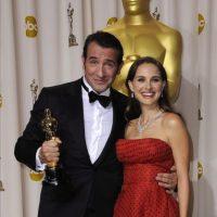 """La actriz Natalie Portman posa junto al francés Jean Dujardin, que consiguió la estatuilla dorada a la mejor interpretación masculina protagonista por su trabajo en """"The Artist"""", en la 84 edición de la ceremonia de entrega de los Premios Óscar en Hollywood, California (EE.UU.), el 26 de febrero de 2012. EFE"""