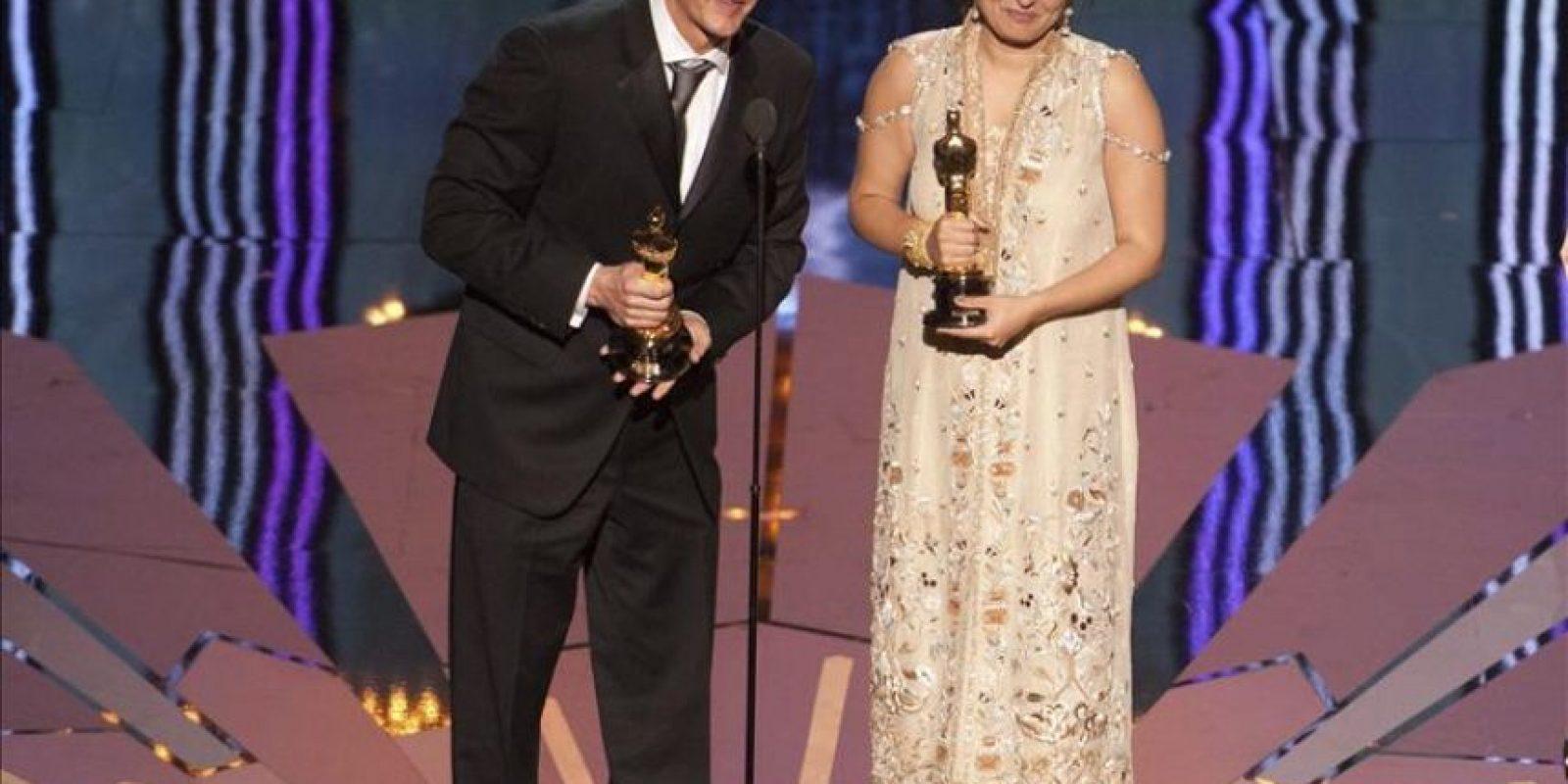 """Foto facilitada por la Academia de Arte y Ciencias Cinematográficas de Hollywood (AMPAS) que muestra a Daniel Junge y Sharmeen Obaid-Chinoy tras recibir el galardón al mejor corto documental corto documental por """"Saving face"""", durante la 84 edición de la ceremonia de entrega de los Premios Óscar en Hollywood, California (EE.UU.), el 26 de febrero de 2012. EFE"""