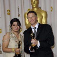 """Daniel Junge y Sharmeen Obaid-Chinoy sostienen las estatuillas de los premios Óscar a Mejor Corto Documental, por """"Saving Face"""", el 26 de febrero de 2012, en Hollywood, California (EE.UU.). EFE"""