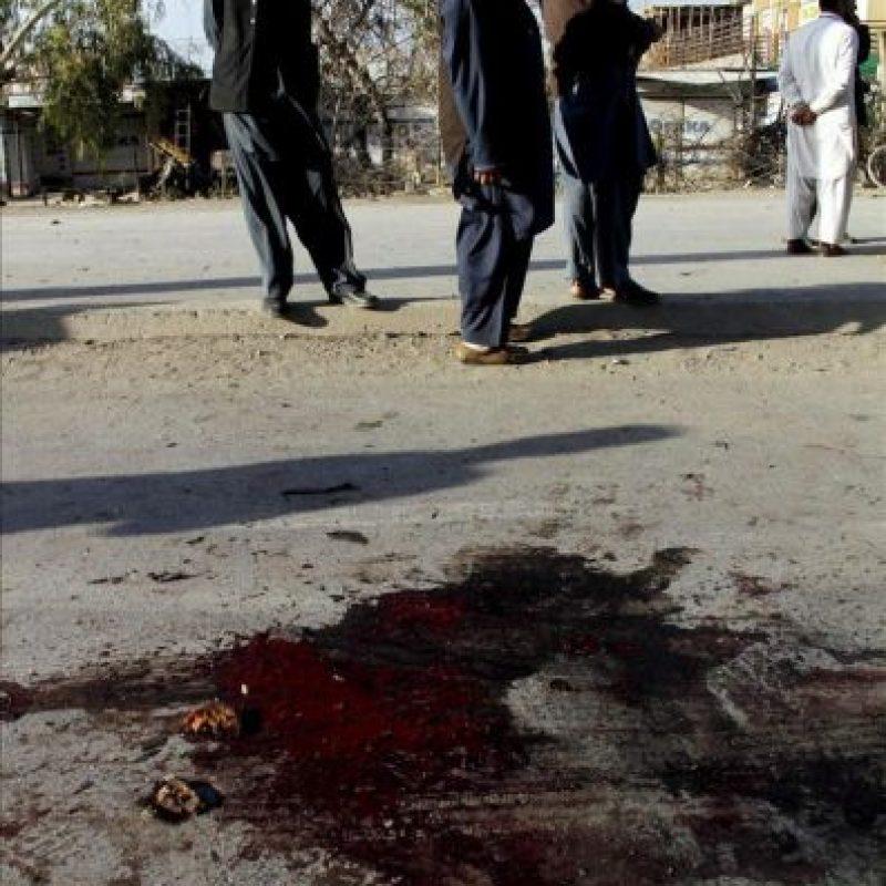 Miembros de las fuerzas de seguridad inspeccionando el lugar donde explotó una bomba, en Nowshera (Pakistán) hoy. EFE