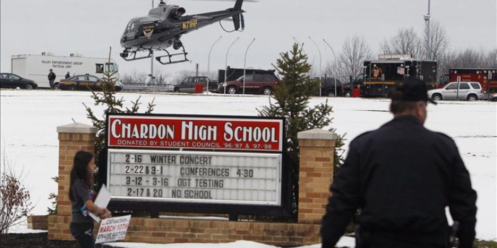 La policía rodea el instituto de Chardon, Ohio (EE.UU.). Al menos cinco estudiantes resultaron heridos hoy en un tiroteo en el instituto de Chardon, Ohio (EE.UU.), y el supuesto autor de los disparos, al parecer otro alumno, ha sido detenido, según varias autoridades citadas por medios locales. EFE