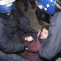 Agentes de policía detienen a un manifestante durante el desalojo del campamento de indignados frente a la catedral de San Pablo, en el este de Londres (Reino Unido), a primera hora de hoy. EFE
