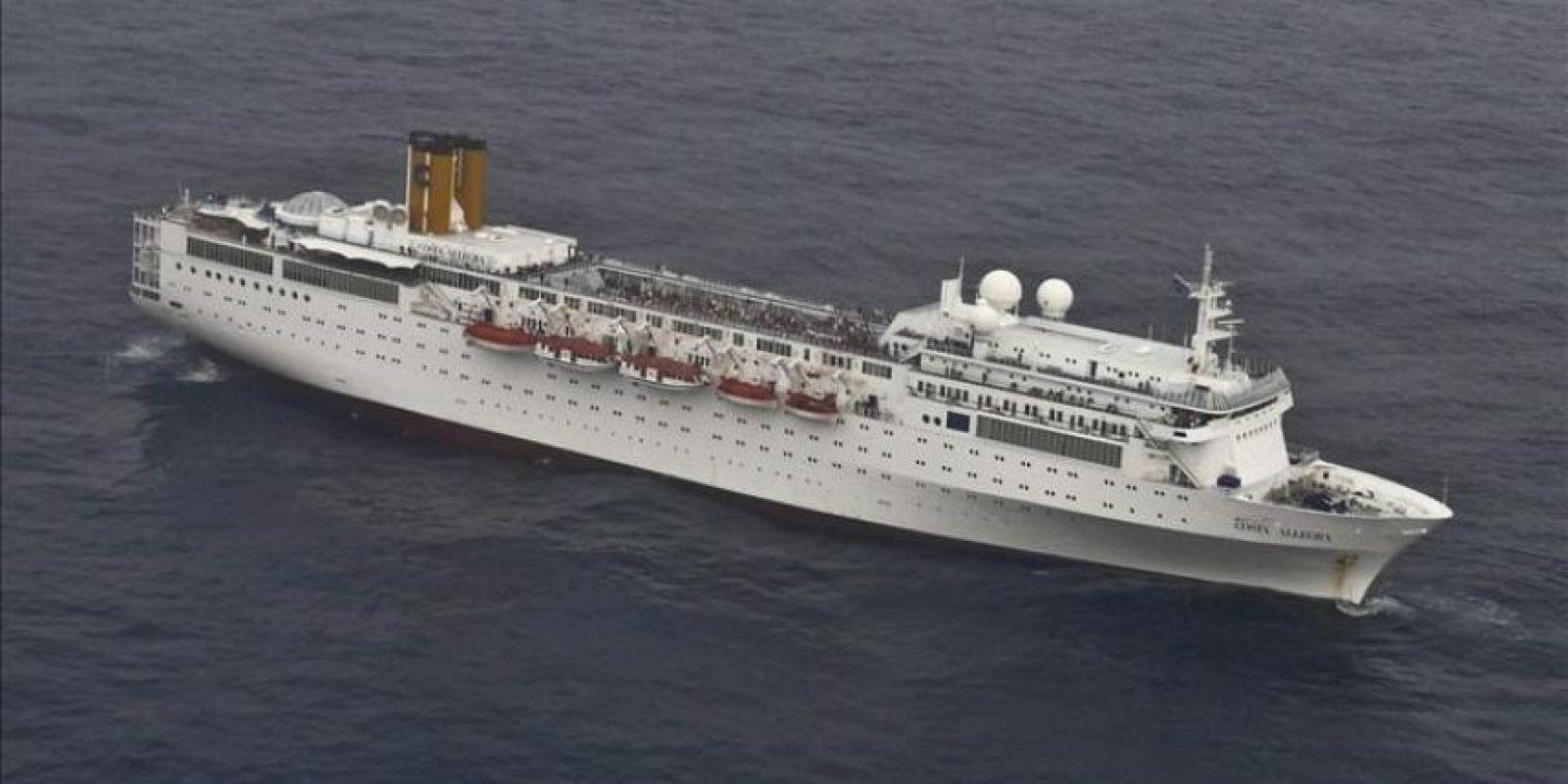 Fotografía tomada por la Marina de la India el 27 de febrero de 2012, y facilitada hoy, 28 de febrero, por la oficina de la Presidencia de Seychelles, que muestra el crucero Costa Allegra después de que sufriera un incendio en su sala de máquinas, en aguas de las islas Seychelles. EFE
