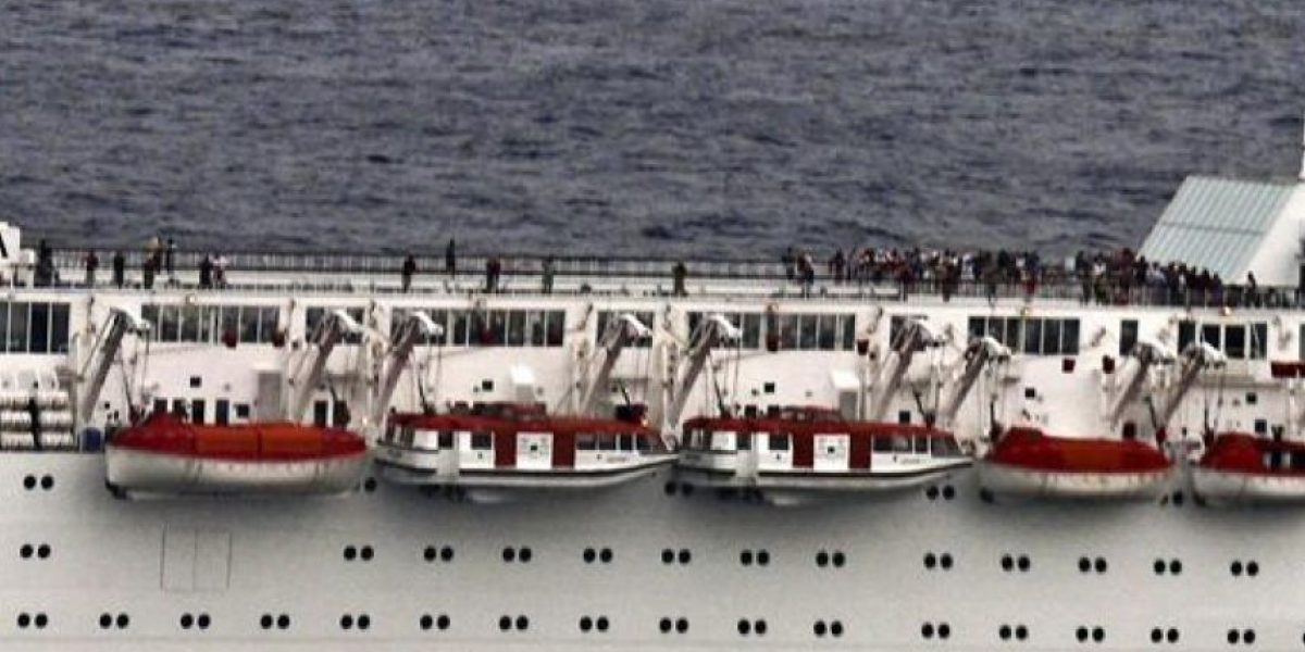 El crucero incendiado llegará mañana a la isla de Desroches de las Seychelles