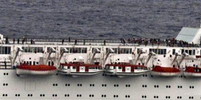 Fotografía tomada por la Marina de la India el 27 de febrero de 2012, y facilitada hoy, 28 de febrero, por la oficina de la Presidencia de Seychelles, que muestra parte de la cubierta del crucero Costa Allegra después de que sufriera un incendio en su sala de máquinas, en aguas de las islas Seychelles. EFE