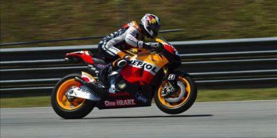 El piloto español de MotoGP Dani Pedrosa, de la ecudería Repsol Honda, rueda en el el circuito malayo de Sepang, donde se celebran tres jornadas de entrenamientos a partir de hoy. EFE