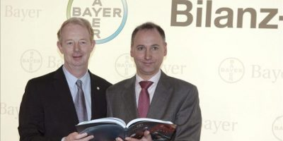 El presidente del Consejo de Dirección del grupo alemán Bayer, Marjin Dekkers (izq), y el director financiero del grupo, Werner Baumann, presentan los resultados obtenidos por la compañía en el 2011 durante una rueda de prensa convocada en Leverkusen (Alemania). EFE
