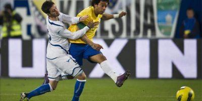 Marcelo (d), de la selección brasileña lucha por el balón con Miralem Pjanic (i), de la selección Bosnia, durante el partido amistoso que ambas selecciones juegan en el AFG Arena de St. Gall, Suiza.EFE
