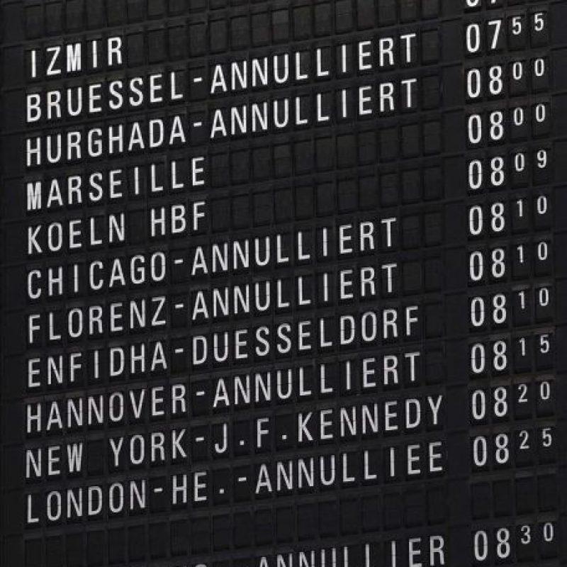 Un panel informa hoy de la cancelación de los vuelos en el aeropuerto internacional de Fráncfort (Alemania). EFE