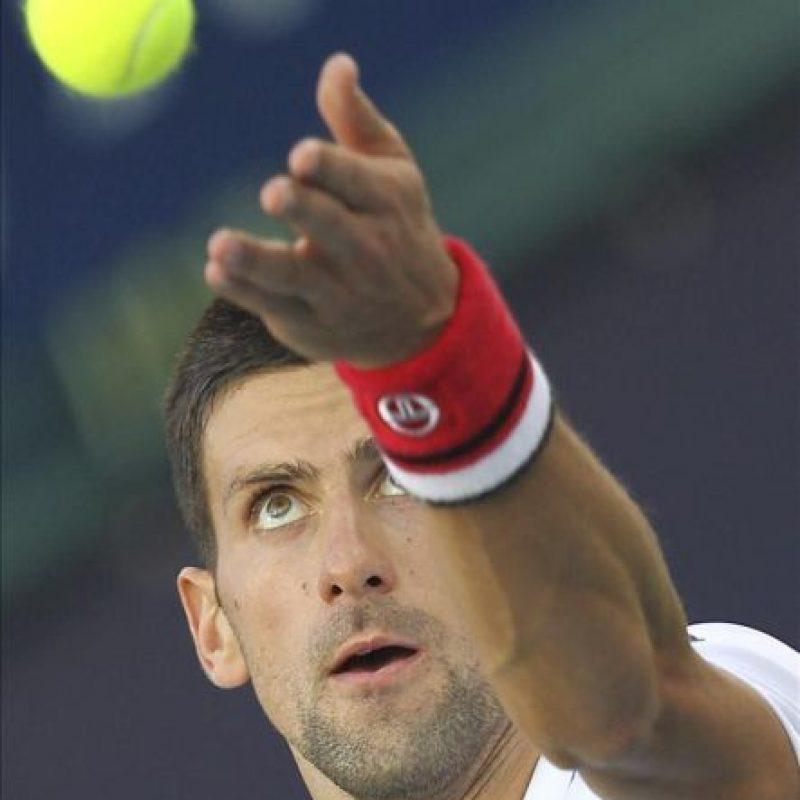 El tenista serbio Novak Djokovic saca ante el ucraniano Sergiy Stakhovsky durante el partido del torneo ATP 500 de Dubai disputado hoy en Dubái, Emiratos Árabes Unidos. Djokovic ganó por 7-6 y 6-3. EFE