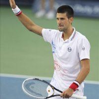 El tenista serbio Novak Djokovic celebra su victoria ante el ucraniano Sergiy Stakhovsky durante el partido del torneo ATP 500 de Dubai disptado hoy en Dubái, Emiratos Árabes Unidos. Djokovic ganó por 7-6 y 6-3. EFE