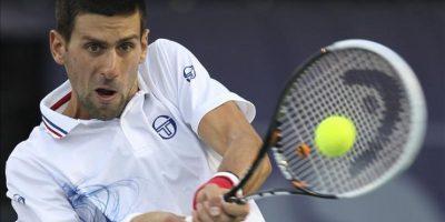 El tenista serbio Novak Djokovic devuelve una pelota al ucraniano Sergiy Stakhovsky durante el partido del torneo ATP 500 de Dubai disputado hoy en Dubái, Emiratos Árabes Unidos. Djokovic ganó por 7-6 y 6-3. EFE