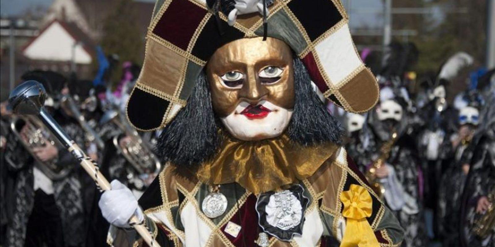 Una persona disfrazada asiste a un desfile del Carnaval de Basilea, Suiza. EFE