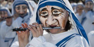 Una mujer disfrazada toca la flauta durante un desfile del Carnaval de Basilea, Suiza. EFE