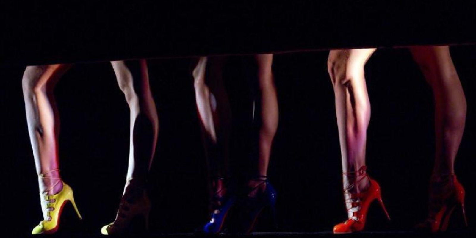 """Varias bailarinas actúan durante el pase para la prensa del cabaré del """"Crazy Horse"""" 'FEU' (Fuego), del diseñador francés Christian Louboutin, en París, Francia. EFE"""