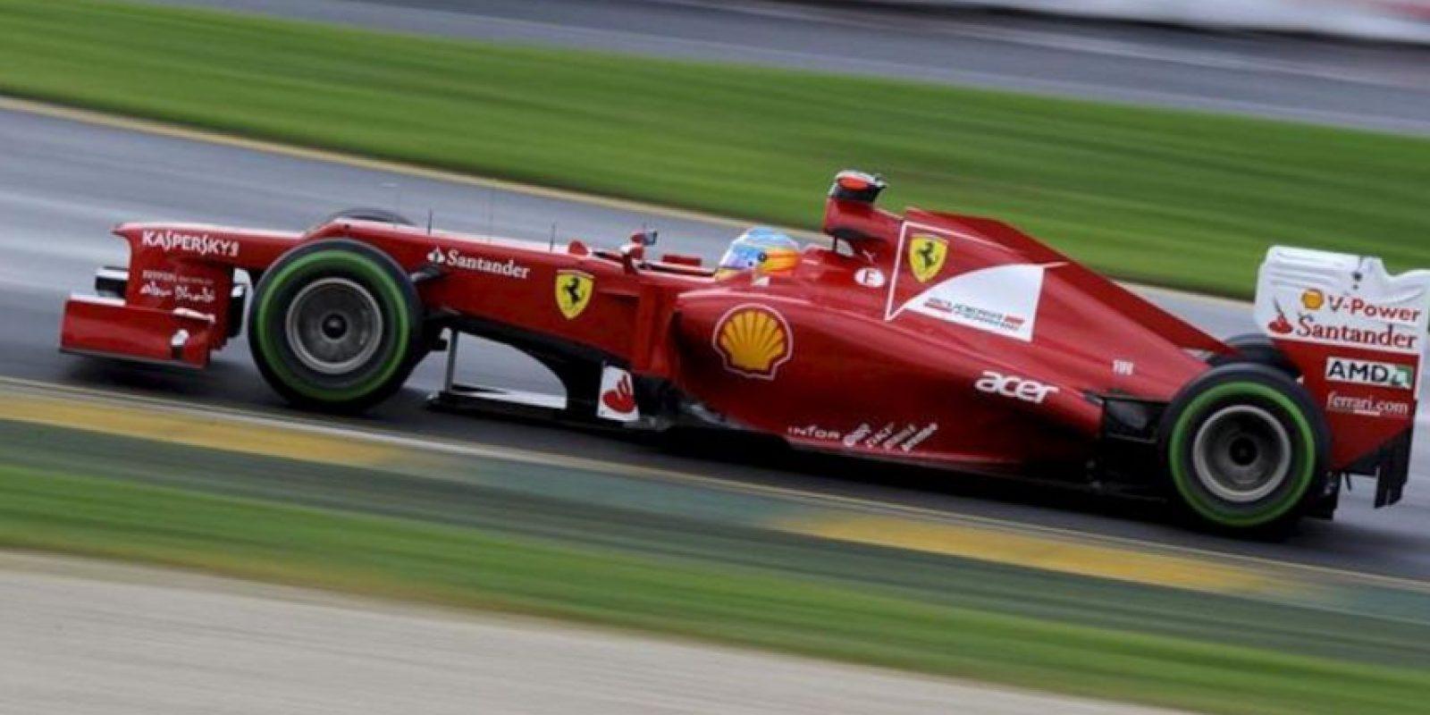 El piloto español de Fórmula Uno Fernando Alonso, de Ferrari, conduce su monoplaza durante una sesión de entrenamientos. EFE/Archivo