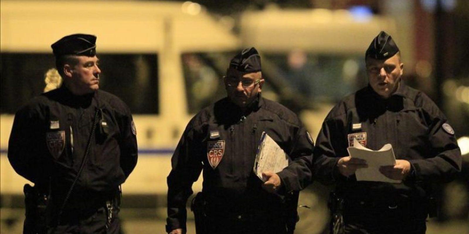 La policía francesa en el barrio residencial de Toulouse, Francia donde se encuentra el presunto autor, el francés de origen argelino de 23 años, Mohamed Merah, de los siete asesinatos cometidos en esa región del sur de Francia y que asegura pertenecer a Al Qaeda. EFE