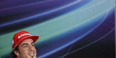El piloto español de Fórmula Uno Fernando Alonso, de la escudería Ferrari, sonríe hoy durante una rueda de prensa en el circuito de Sepang a las afueras de Kuala Lumpur (Malasia). EFE