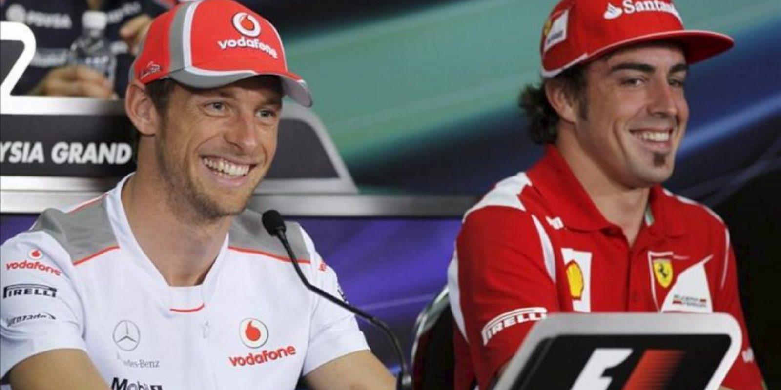 El piloto español de Fórmula Uno Fernando Alonso (dcha), de la escudería Ferrari, ofrece hoy una rueda de prensa junto al británico Jenson Button, de McLaren, en el circuito de Sepang a las afueras de Kuala Lumpur (Malasia). EFE